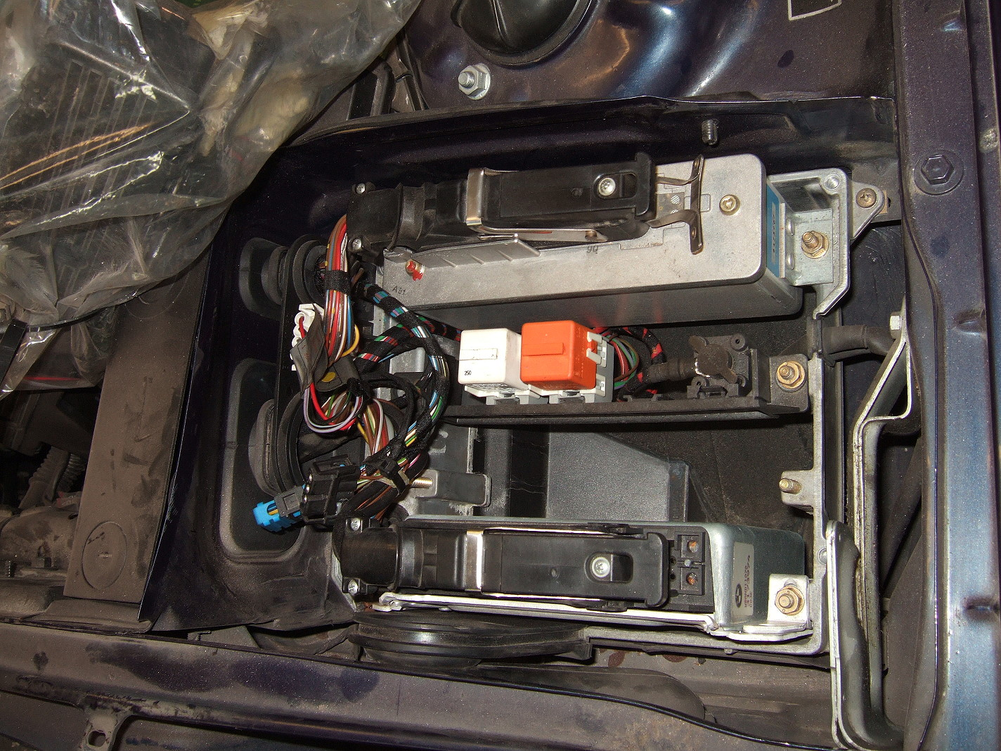 bmw e30 fuel filter picture 1 : the location of the fuel pump relay in the electronic box.